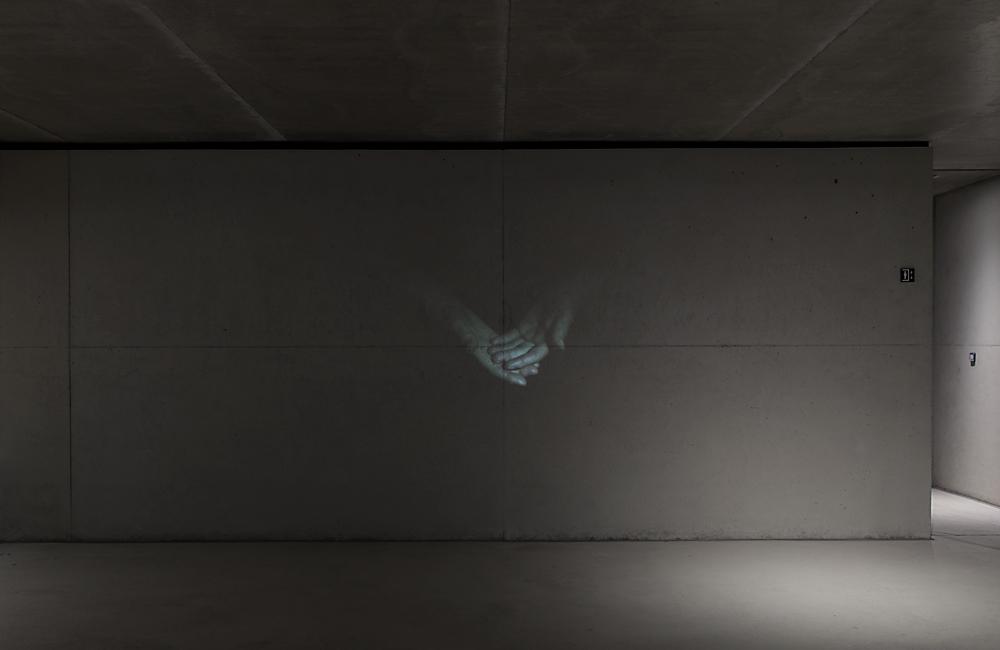 Resonanz, Serie 1, Ingeborg, Hände, 2018, Fotoprojektion mit Beamer in der Archäologischen Zone des Dommuseum Hildesheim, Ausstellungsansicht