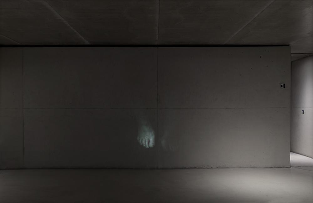 Resonanz, Serie 1, Ingeborg, Füße, 2018, Fotoprojektion mit Beamer in der Archäologischen Zone des Dommuseum Hildesheim, Ausstellungsansicht