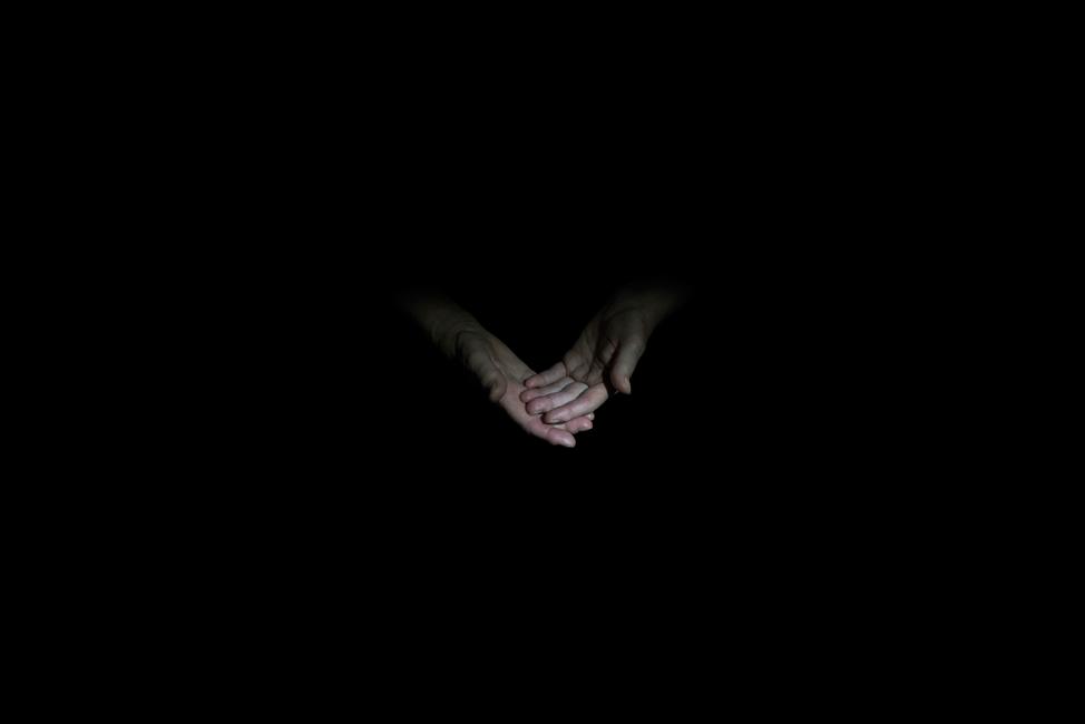 Resonanz, Serie 1, Bild 2, Ingeborg, Hände, 2018, Fotoprojektion mit Beamer in der Archäologischen Zone des Dommuseum Hildesheim, Fotoserie mit 27 Motiven, Die Motive der Serie »Resonanz« erweitern die im Dommuseum vorgefundenen »stereotypen« Menschenbilder und Glaubensgesten durch individuelle Haltungen und Gesten von neun Portraitierten. Die Altersspanne der Portraitierten (4 - 86 Jahre) steht bildlich für Werden und Vergehen. Torso, Hände und Füße visualisieren »Körperräume«, in denen individuelle Weltbeziehung ruht, Geben und Nehmen sowie das aktive Gehen des Lebensweges. Anna Ullrich, Das Copyright © 2018 des Bildes liegt bei Anna Ullrich. Alle Rechte vorbehalten.