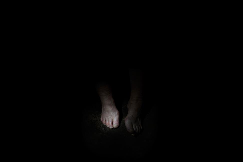 Resonanz, Serie 1, Bild 3, Ingeborg, Füße, 2018, Fotoprojektion mit Beamer in der Archäologischen Zone des Dommuseum Hildesheim, Fotoserie mit 27 Motiven, Die Motive der Serie »Resonanz« erweitern die im Dommuseum vorgefundenen »stereotypen« Menschenbilder und Glaubensgesten durch individuelle Haltungen und Gesten von neun Portraitierten. Die Altersspanne der Portraitierten (4 - 86 Jahre) steht bildlich für Werden und Vergehen. Torso, Hände und Füße visualisieren »Körperräume«, in denen individuelle Weltbeziehung ruht, Geben und Nehmen sowie das aktive Gehen des Lebensweges. Anna Ullrich, Das Copyright © 2018 des Bildes liegt bei Anna Ullrich. Alle Rechte vorbehalten.