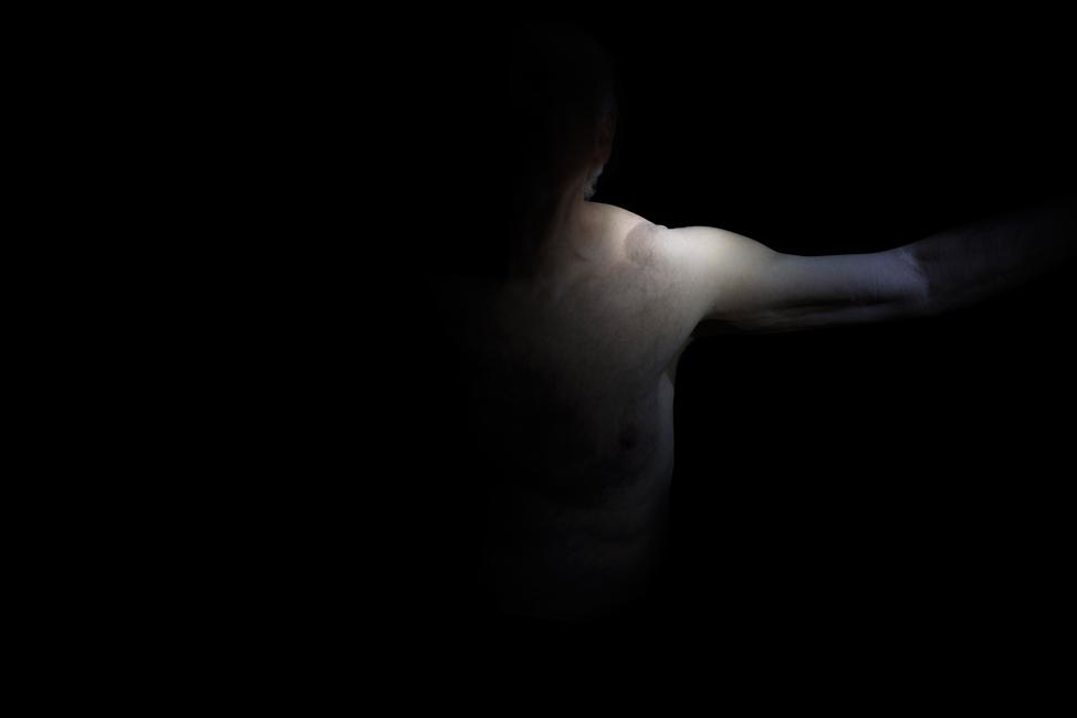 Resonanz, Serie 1, Bild 4, Hartwig, Torso, 2018, Fotoprojektion mit Beamer in der Archäologischen Zone des Dommuseum Hildesheim, Fotoserie mit 27 Motiven, Die Motive der Serie »Resonanz« erweitern die im Dommuseum vorgefundenen »stereotypen« Menschenbilder und Glaubensgesten durch individuelle Haltungen und Gesten von neun Portraitierten. Die Altersspanne der Portraitierten (4 - 86 Jahre) steht bildlich für Werden und Vergehen. Torso, Hände und Füße visualisieren »Körperräume«, in denen individuelle Weltbeziehung ruht, Geben und Nehmen sowie das aktive Gehen des Lebensweges. Anna Ullrich, Das Copyright © 2018 des Bildes liegt bei Anna Ullrich. Alle Rechte vorbehalten.