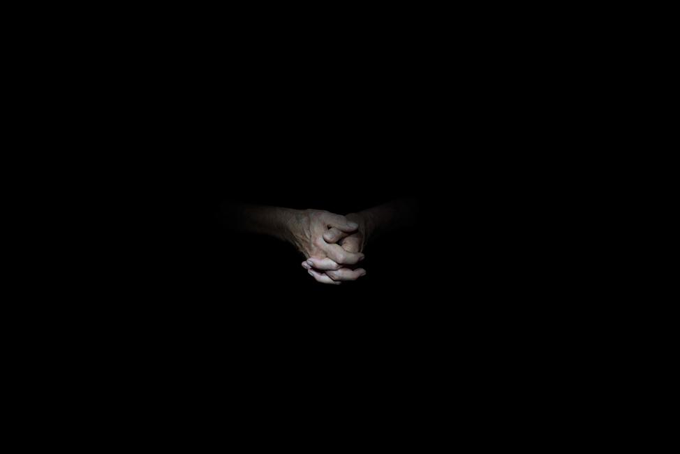 Resonanz, Serie 1, Bild 5, Hartwig, Hände, 2018, Fotoprojektion mit Beamer in der Archäologischen Zone des Dommuseum Hildesheim, Fotoserie mit 27 Motiven, Die Motive der Serie »Resonanz« erweitern die im Dommuseum vorgefundenen »stereotypen« Menschenbilder und Glaubensgesten durch individuelle Haltungen und Gesten von neun Portraitierten. Die Altersspanne der Portraitierten (4 - 86 Jahre) steht bildlich für Werden und Vergehen. Torso, Hände und Füße visualisieren »Körperräume«, in denen individuelle Weltbeziehung ruht, Geben und Nehmen sowie das aktive Gehen des Lebensweges. Anna Ullrich, Das Copyright © 2018 des Bildes liegt bei Anna Ullrich. Alle Rechte vorbehalten.