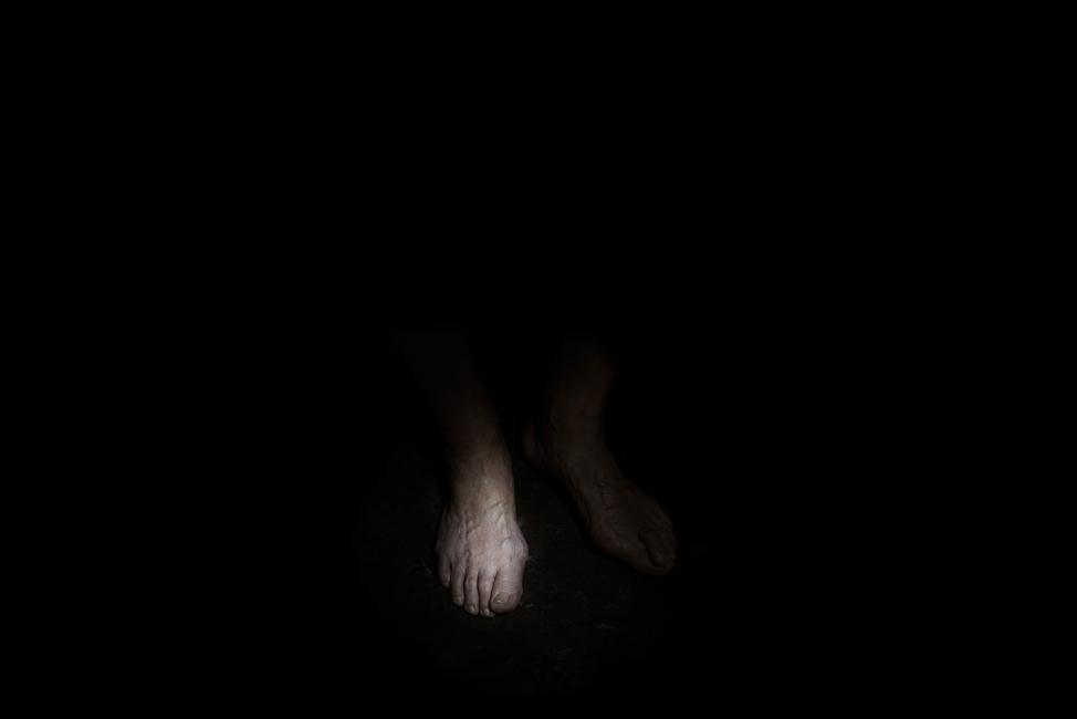 Resonanz, Serie 1, Bild 6, Hartwig, Füße, 2018, Fotoprojektion mit Beamer in der Archäologischen Zone des Dommuseum Hildesheim, Fotoserie mit 27 Motiven, Die Motive der Serie »Resonanz« erweitern die im Dommuseum vorgefundenen »stereotypen« Menschenbilder und Glaubensgesten durch individuelle Haltungen und Gesten von neun Portraitierten. Die Altersspanne der Portraitierten (4 - 86 Jahre) steht bildlich für Werden und Vergehen. Torso, Hände und Füße visualisieren »Körperräume«, in denen individuelle Weltbeziehung ruht, Geben und Nehmen sowie das aktive Gehen des Lebensweges. Anna Ullrich, Das Copyright © 2018 des Bildes liegt bei Anna Ullrich. Alle Rechte vorbehalten.