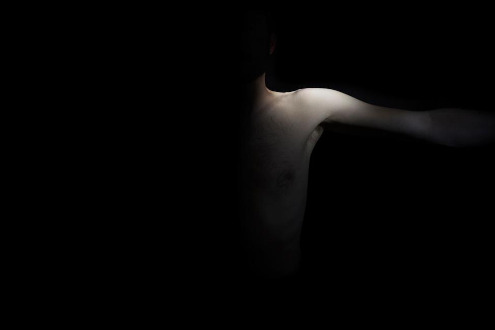 Resonanz, Serie 1, Bild 7, David, Torso, 2018, Fotoprojektion mit Beamer in der Archäologischen Zone des Dommuseum Hildesheim, Fotoserie mit 27 Motiven, Die Motive der Serie »Resonanz« erweitern die im Dommuseum vorgefundenen »stereotypen« Menschenbilder und Glaubensgesten durch individuelle Haltungen und Gesten von neun Portraitierten. Die Altersspanne der Portraitierten (4 - 86 Jahre) steht bildlich für Werden und Vergehen. Torso, Hände und Füße visualisieren »Körperräume«, in denen individuelle Weltbeziehung ruht, Geben und Nehmen sowie das aktive Gehen des Lebensweges. Anna Ullrich, Das Copyright © 2018 des Bildes liegt bei Anna Ullrich. Alle Rechte vorbehalten.