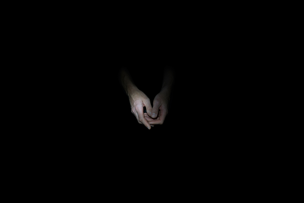 Resonanz, Serie 1, Bild 8, David, Hände, 2018, Fotoprojektion mit Beamer in der Archäologischen Zone des Dommuseum Hildesheim, Fotoserie mit 27 Motiven, Die Motive der Serie »Resonanz« erweitern die im Dommuseum vorgefundenen »stereotypen« Menschenbilder und Glaubensgesten durch individuelle Haltungen und Gesten von neun Portraitierten. Die Altersspanne der Portraitierten (4 - 86 Jahre) steht bildlich für Werden und Vergehen. Torso, Hände und Füße visualisieren »Körperräume«, in denen individuelle Weltbeziehung ruht, Geben und Nehmen sowie das aktive Gehen des Lebensweges. Anna Ullrich, Das Copyright © 2018 des Bildes liegt bei Anna Ullrich. Alle Rechte vorbehalten.