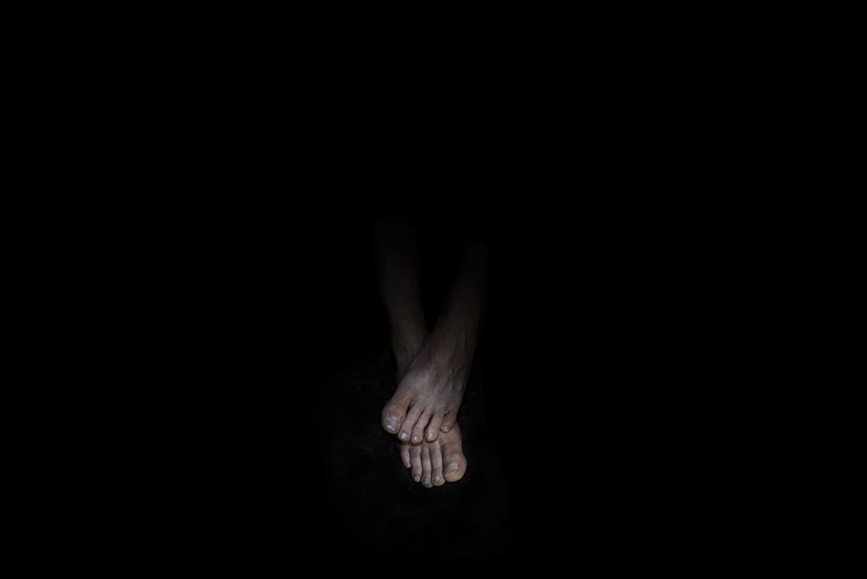 Resonanz, Serie 1, Bild 9, David, Füße, 2018, Fotoprojektion mit Beamer in der Archäologischen Zone des Dommuseum Hildesheim, Fotoserie mit 27 Motiven, Die Motive der Serie »Resonanz« erweitern die im Dommuseum vorgefundenen »stereotypen« Menschenbilder und Glaubensgesten durch individuelle Haltungen und Gesten von neun Portraitierten. Die Altersspanne der Portraitierten (4 - 86 Jahre) steht bildlich für Werden und Vergehen. Torso, Hände und Füße visualisieren »Körperräume«, in denen individuelle Weltbeziehung ruht, Geben und Nehmen sowie das aktive Gehen des Lebensweges. Anna Ullrich, Das Copyright © 2018 des Bildes liegt bei Anna Ullrich. Alle Rechte vorbehalten.