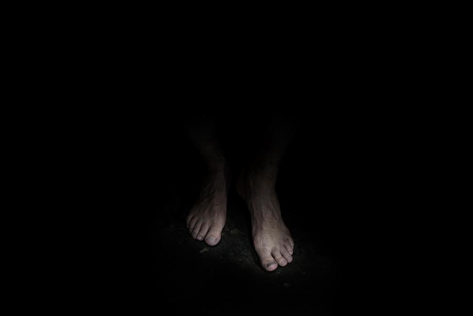 Resonanz, Serie 1, Bild 12, Marcel, Füße, 2018, Fotoprojektion mit Beamer in der Archäologischen Zone des Dommuseum Hildesheim, Fotoserie mit 27 Motiven, Die Motive der Serie »Resonanz« erweitern die im Dommuseum vorgefundenen »stereotypen« Menschenbilder und Glaubensgesten durch individuelle Haltungen und Gesten von neun Portraitierten. Die Altersspanne der Portraitierten (4 - 86 Jahre) steht bildlich für Werden und Vergehen. Torso, Hände und Füße visualisieren »Körperräume«, in denen individuelle Weltbeziehung ruht, Geben und Nehmen sowie das aktive Gehen des Lebensweges. Anna Ullrich, Das Copyright © 2018 des Bildes liegt bei Anna Ullrich. Alle Rechte vorbehalten.