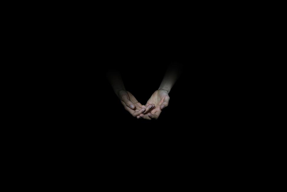 Resonanz, Serie 1, Bild 14, Susanne, Hände, 2018, Fotoprojektion mit Beamer in der Archäologischen Zone des Dommuseum Hildesheim, Fotoserie mit 27 Motiven, Die Motive der Serie »Resonanz« erweitern die im Dommuseum vorgefundenen »stereotypen« Menschenbilder und Glaubensgesten durch individuelle Haltungen und Gesten von neun Portraitierten. Die Altersspanne der Portraitierten (4 - 86 Jahre) steht bildlich für Werden und Vergehen. Torso, Hände und Füße visualisieren »Körperräume«, in denen individuelle Weltbeziehung ruht, Geben und Nehmen sowie das aktive Gehen des Lebensweges. Anna Ullrich, Das Copyright © 2018 des Bildes liegt bei Anna Ullrich. Alle Rechte vorbehalten.