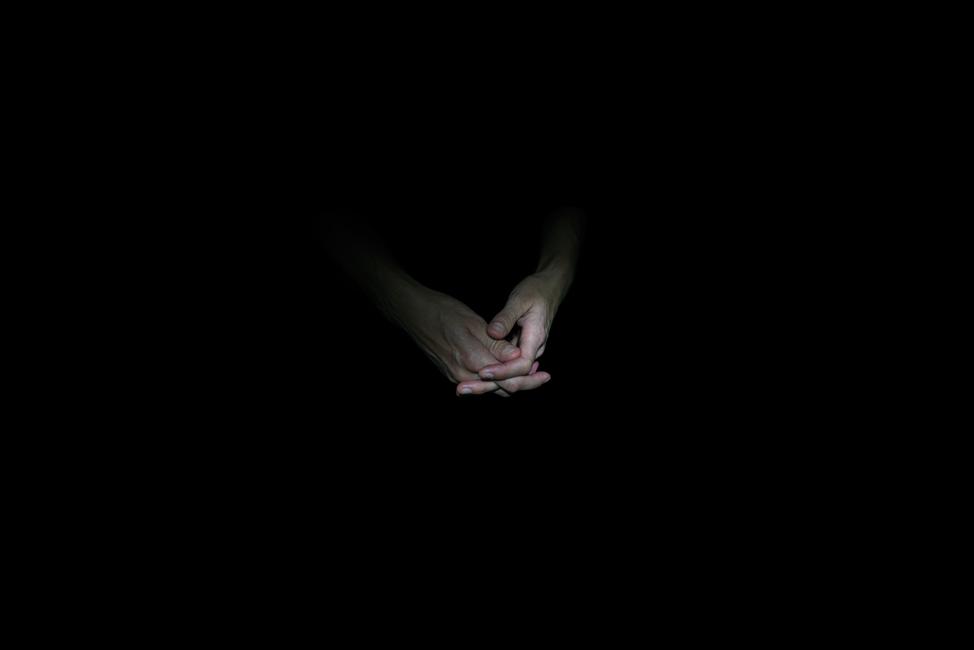 Resonanz, Serie 1, Bild 17, Eva, Hände, 2018, Fotoprojektion mit Beamer in der Archäologischen Zone des Dommuseum Hildesheim, Fotoserie mit 27 Motiven, Die Motive der Serie »Resonanz« erweitern die im Dommuseum vorgefundenen »stereotypen« Menschenbilder und Glaubensgesten durch individuelle Haltungen und Gesten von neun Portraitierten. Die Altersspanne der Portraitierten (4 - 86 Jahre) steht bildlich für Werden und Vergehen. Torso, Hände und Füße visualisieren »Körperräume«, in denen individuelle Weltbeziehung ruht, Geben und Nehmen sowie das aktive Gehen des Lebensweges. Anna Ullrich, Das Copyright © 2018 des Bildes liegt bei Anna Ullrich. Alle Rechte vorbehalten.