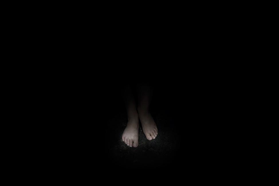 Resonanz, Serie 1, Bild 21, Helne, Füße, 2018, Fotoprojektion mit Beamer in der Archäologischen Zone des Dommuseum Hildesheim, Fotoserie mit 27 Motiven, Die Motive der Serie »Resonanz« erweitern die im Dommuseum vorgefundenen »stereotypen« Menschenbilder und Glaubensgesten durch individuelle Haltungen und Gesten von neun Portraitierten. Die Altersspanne der Portraitierten (4 - 86 Jahre) steht bildlich für Werden und Vergehen. Torso, Hände und Füße visualisieren »Körperräume«, in denen individuelle Weltbeziehung ruht, Geben und Nehmen sowie das aktive Gehen des Lebensweges. Anna Ullrich, Das Copyright © 2018 des Bildes liegt bei Anna Ullrich. Alle Rechte vorbehalten.