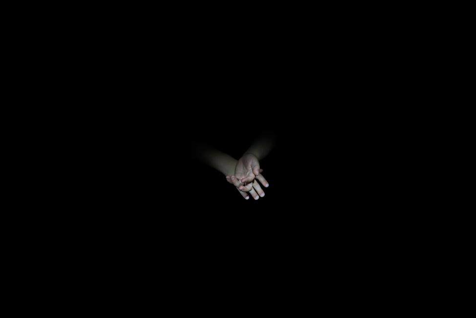 Resonanz, Serie 1, Bild 23, Jakob, Hände, 2018, Fotoprojektion mit Beamer in der Archäologischen Zone des Dommuseum Hildesheim, Fotoserie mit 27 Motiven, Die Motive der Serie »Resonanz« erweitern die im Dommuseum vorgefundenen »stereotypen« Menschenbilder und Glaubensgesten durch individuelle Haltungen und Gesten von neun Portraitierten. Die Altersspanne der Portraitierten (4 - 86 Jahre) steht bildlich für Werden und Vergehen. Torso, Hände und Füße visualisieren »Körperräume«, in denen individuelle Weltbeziehung ruht, Geben und Nehmen sowie das aktive Gehen des Lebensweges. Anna Ullrich, Das Copyright © 2018 des Bildes liegt bei Anna Ullrich. Alle Rechte vorbehalten.