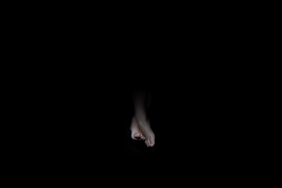 Resonanz, Serie 1, Bild 24, Jakob, Füße, 2018, Fotoprojektion mit Beamer in der Archäologischen Zone des Dommuseum Hildesheim, Fotoserie mit 27 Motiven, Die Motive der Serie »Resonanz« erweitern die im Dommuseum vorgefundenen »stereotypen« Menschenbilder und Glaubensgesten durch individuelle Haltungen und Gesten von neun Portraitierten. Die Altersspanne der Portraitierten (4 - 86 Jahre) steht bildlich für Werden und Vergehen. Torso, Hände und Füße visualisieren »Körperräume«, in denen individuelle Weltbeziehung ruht, Geben und Nehmen sowie das aktive Gehen des Lebensweges. Anna Ullrich, Das Copyright © 2018 des Bildes liegt bei Anna Ullrich. Alle Rechte vorbehalten.