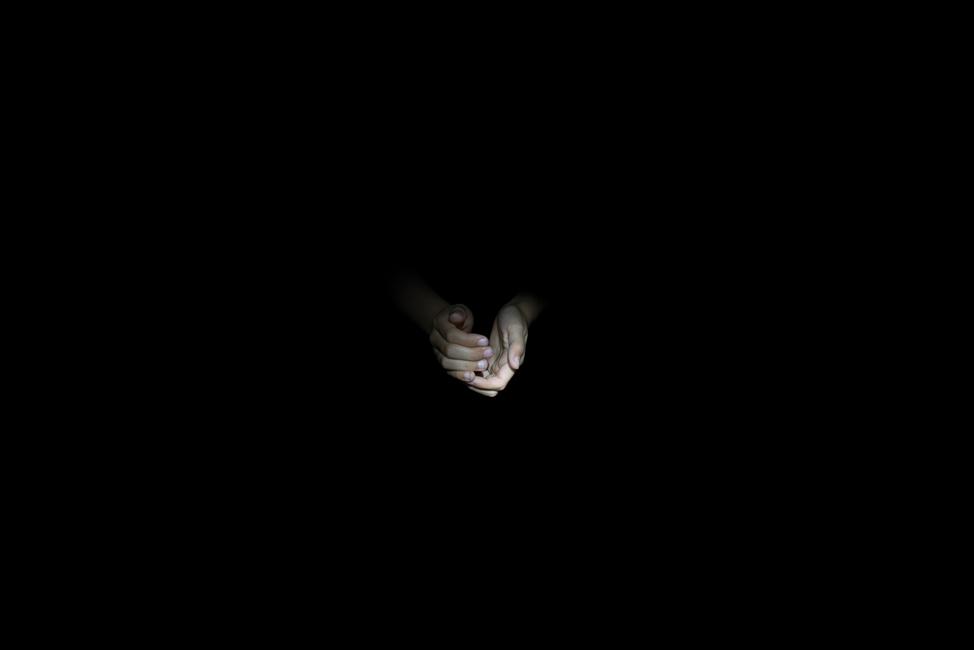 Resonanz, Serie 1, Bild 26, Hanna, Hände, 2018, Fotoprojektion mit Beamer in der Archäologischen Zone des Dommuseum Hildesheim, Fotoserie mit 27 Motiven, Die Motive der Serie »Resonanz« erweitern die im Dommuseum vorgefundenen »stereotypen« Menschenbilder und Glaubensgesten durch individuelle Haltungen und Gesten von neun Portraitierten. Die Altersspanne der Portraitierten (4 - 86 Jahre) steht bildlich für Werden und Vergehen. Torso, Hände und Füße visualisieren »Körperräume«, in denen individuelle Weltbeziehung ruht, Geben und Nehmen sowie das aktive Gehen des Lebensweges. Anna Ullrich, Das Copyright © 2018 des Bildes liegt bei Anna Ullrich. Alle Rechte vorbehalten.