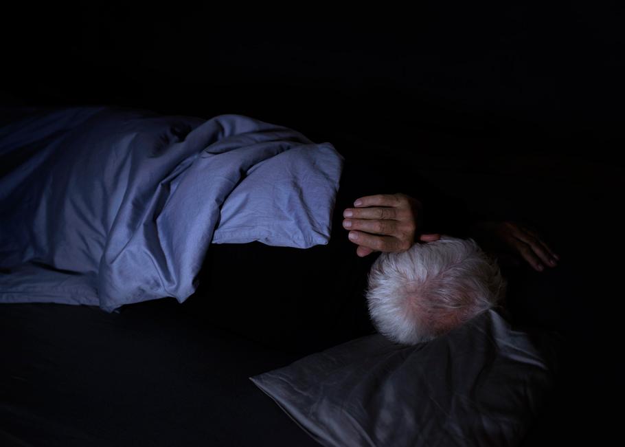 Schlaf, Serie 1, Bild 1, 2017, Fotografie, 50 x 70 cm. Schlafender Alter. Fotoserie zum Thema Grenzgang. Schlaf als Grenze zwischen Tag und Nacht, Wechsel von Bewusstsein und Unterbewusstsein. Schlaf als Metapher für Erholung und Wachstum oder für das Entschlafen, den Tod. Anna Ullrich, Das Copyright © 2017 des Bildes liegt bei Anna Ullrich. Alle Rechte vorbehalten.