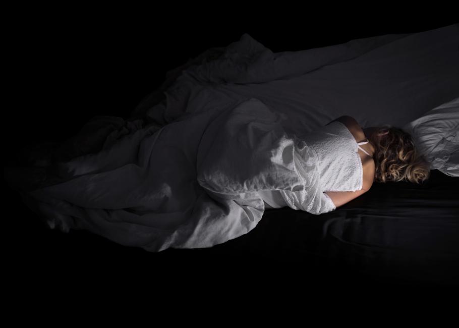 Schlaf, Serie 1, Bild 2, 2017, Fotografie, 50 x 70 cm. Mädchen. Fotoserie zum Thema Grenzgang. Schlaf als Grenze zwischen Tag und Nacht, Wechsel von Bewusstsein und Unterbewusstsein. Schlaf als Metapher für Erholung und Wachstum oder für das Entschlafen, den Tod. Anna Ullrich, Das Copyright © 2017 des Bildes liegt bei Anna Ullrich. Alle Rechte vorbehalten.