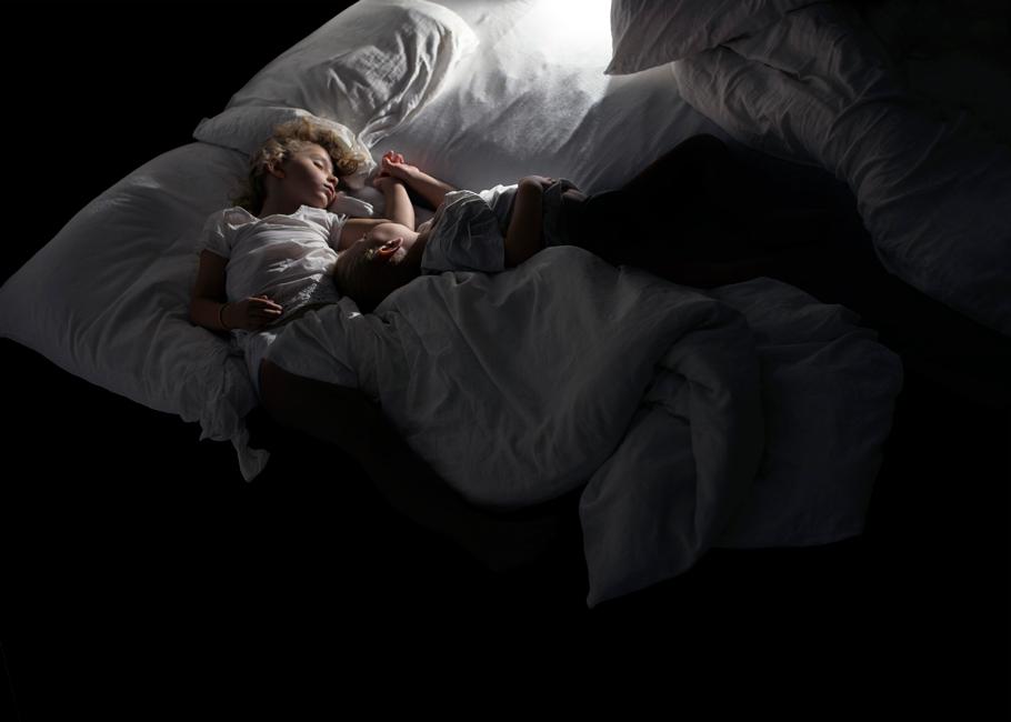 Schlaf, Serie 1, Bild 3, 2017, Fotografie, 50 x 70 cm. Kinder. Fotoserie zum Thema Grenzgang. Schlaf als Grenze zwischen Tag und Nacht, Wechsel von Bewusstsein und Unterbewusstsein. Schlaf als Metapher für Erholung und Wachstum oder für das Entschlafen, den Tod. Anna Ullrich, Das Copyright © 2017 des Bildes liegt bei Anna Ullrich. Alle Rechte vorbehalten.