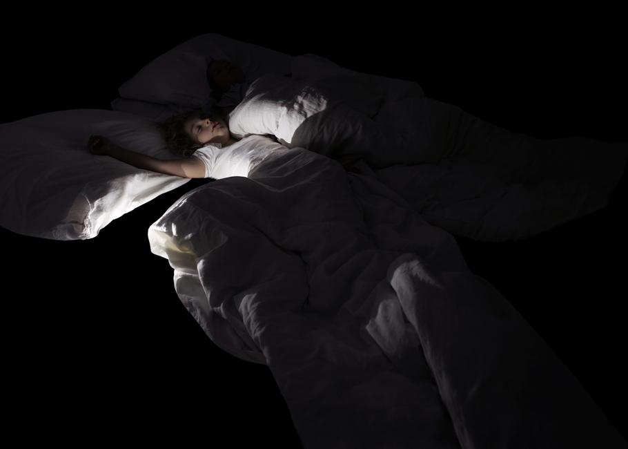 Schlaf, Serie 2, Bild 2, 2017, Fotografie, 50 x 70 cm. Kinder. Fotoserie zum Thema Grenzgang. Schlaf als Grenze zwischen Tag und Nacht, Wechsel von Bewusstsein und Unterbewusstsein. Schlaf als Metapher für Erholung und Wachstum oder für das Entschlafen, den Tod. Anna Ullrich, Das Copyright © 2017 des Bildes liegt bei Anna Ullrich. Alle Rechte vorbehalten.