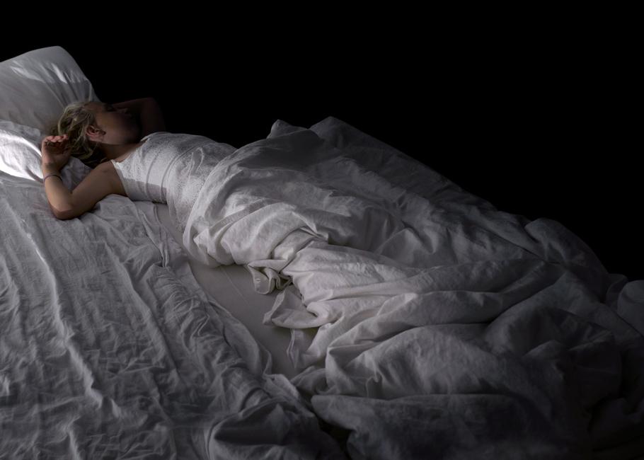 Schlaf, Serie 2, Bild 3, 2017, Fotografie, 50 x 70 cm. Mädchen. Fotoserie zum Thema Grenzgang. Schlaf als Grenze zwischen Tag und Nacht, Wechsel von Bewusstsein und Unterbewusstsein. Schlaf als Metapher für Erholung und Wachstum oder für das Entschlafen, den Tod. Anna Ullrich, Das Copyright © 2017 des Bildes liegt bei Anna Ullrich. Alle Rechte vorbehalten.