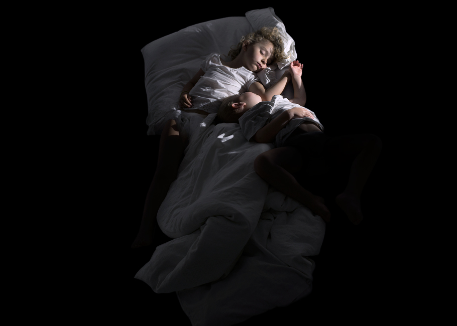 Schlaf, Serie 2, Bild 4, 2017, Fotografie, 50 x 70 cm. Kinder. Fotoserie zum Thema Grenzgang. Schlaf als Grenze zwischen Tag und Nacht, Wechsel von Bewusstsein und Unterbewusstsein. Schlaf als Metapher für Erholung und Wachstum oder für das Entschlafen, den Tod. Anna Ullrich, Das Copyright © 2017 des Bildes liegt bei Anna Ullrich. Alle Rechte vorbehalten.