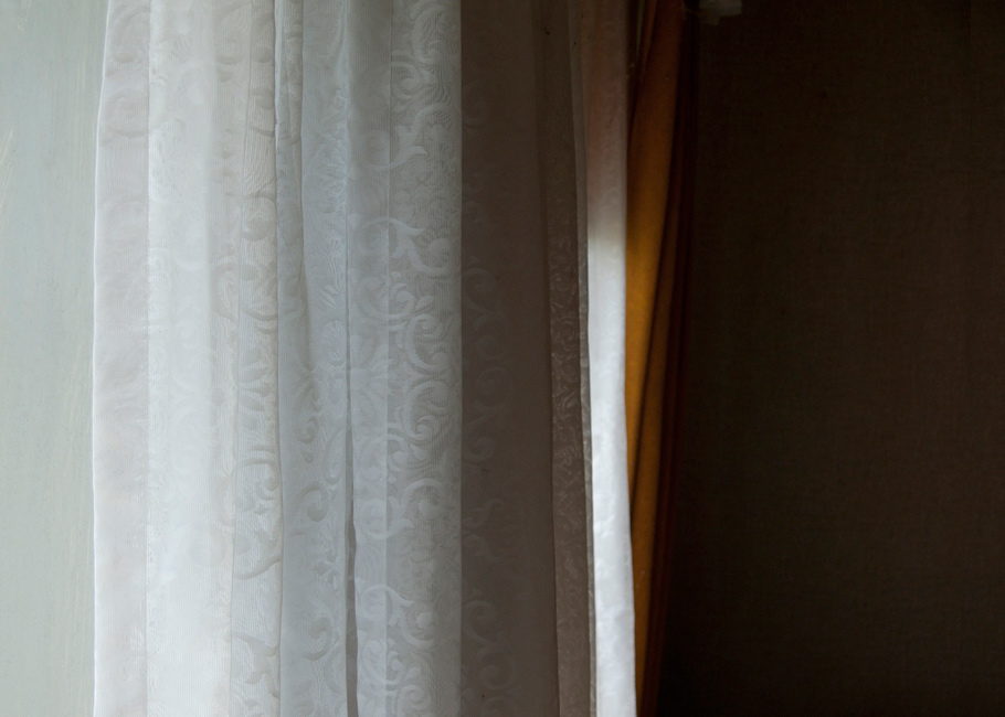Stille Kammern - Haubarg, Vorhang, 2012, Fotografie, 50 x 70 cm, Zu sehen ein Vorhang im Eltern Schlafzimmer. Das Bild lebt durch die Abstraktion der Stofflichkeit sowie durch seine Farben. Die Wohn- und Lagerräume des friesischen Bauernhauses vermitteln den Eindruck, als währen die Bewohner noch anwesend. Ihre Spuren stammen aus unterschiedlichen Zeiten. Anna Ullrich, Das Copyright © 2012 des Bildes liegt bei Anna Ullrich. Alle Rechte vorbehalten.