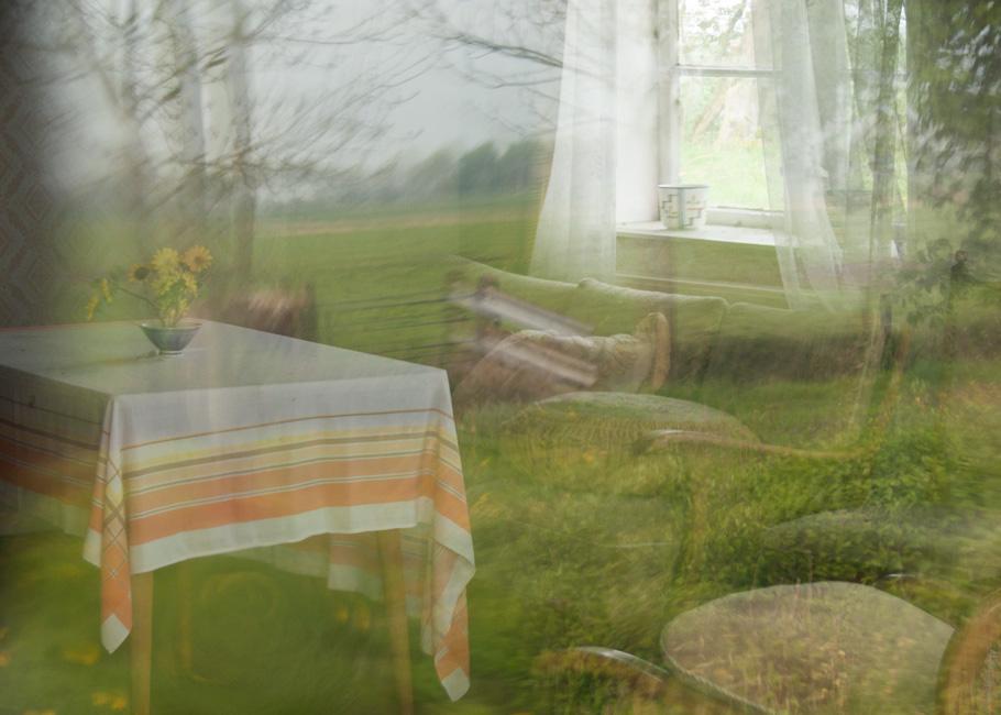 Stille Kammern - Haubarg, Weideland, 2012, Fotografie, 50 x 70 cm, Spiegelung der Weiden um den Haubarg in der Fensterscheibe. Die Wohn- und Lagerräume des friesischen Bauernhauses vermitteln den Eindruck, als währen die Bewohner noch anwesend. Ihre Spuren stammen aus unterschiedlichen Zeiten. Anna Ullrich, Das Copyright © 2012 des Bildes liegt bei Anna Ullrich. Alle Rechte vorbehalten.