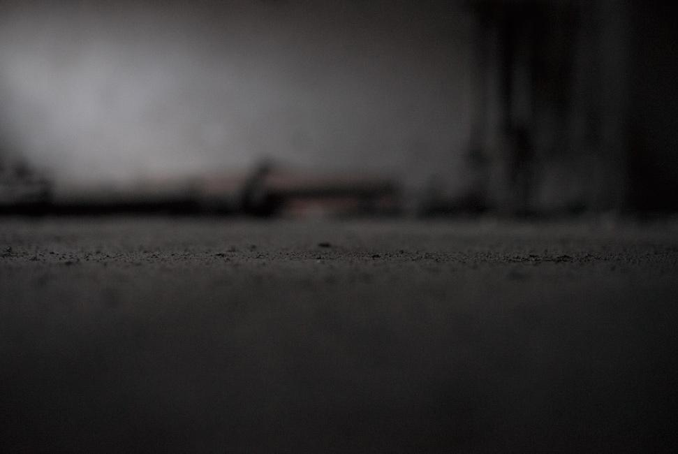 Täglich Brot, Zeit, Serie 4, 2019, Fotografie, 100 x 150 cm, Zu sehen sind Staubschichten auf dem Boden. Sie stehen für die vergangenen und auf Dingen ruhenden bzw. abgelegten Zeiten. Die Motive der Serie entstanden 2020. Der Serie zu Grunde liegt die Frage danach, was für den Menschen in Wirklichkeit wichtig ist, wovon er lebt, was er braucht und wie er seine Wahrnehmung beschaffen ist. Anna Ullrich, Das Copyright © 2020 des Bildes liegt bei Anna Ullrich. Alle Rechte vorbehalten.